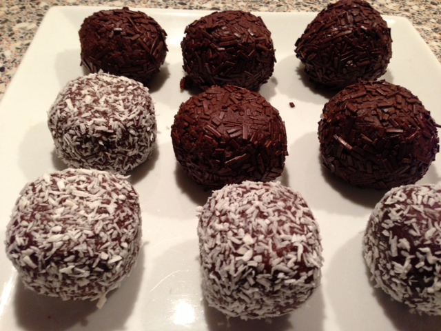 De färdiga romkulorna med kokos och choklad