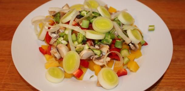 De uppskärda grönsakerna är klara att stoppas in i kycklingen