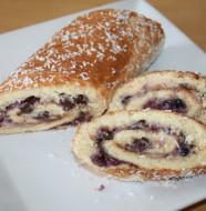 Rullad med grädde, blåbär och choklad.