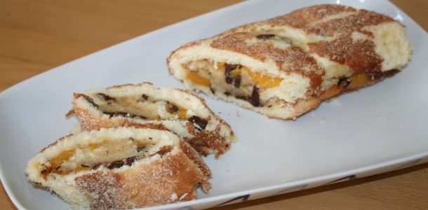 Rulltårta med persika, kräm och choklad