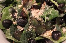 Sommarsallad med vindruvor och paranötter